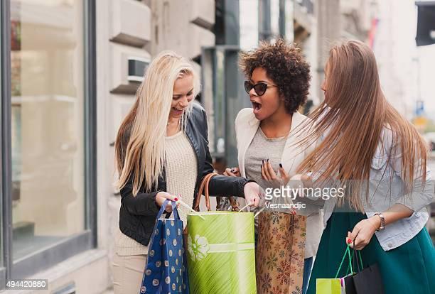 Glückliche Frau im Einkaufszentrum