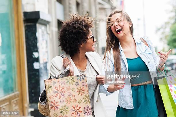 Femme heureuse dans les boutiques