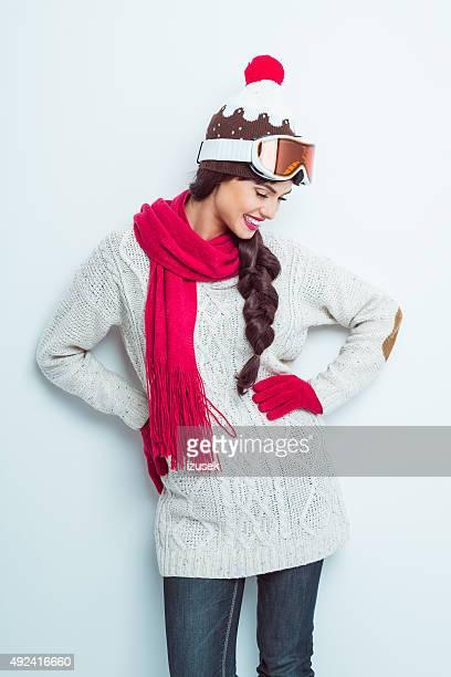 Heureuse femme en tenue d'hiver, portez knitt casquette et lunettes