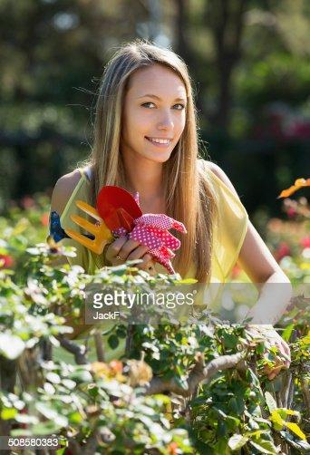 Happy woman in yard gardening : Stockfoto