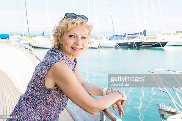 幸せな女性の壁にヨットの手すり