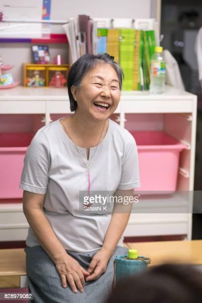 語学学校での友人のプレゼンテーションにリスト幸せな女