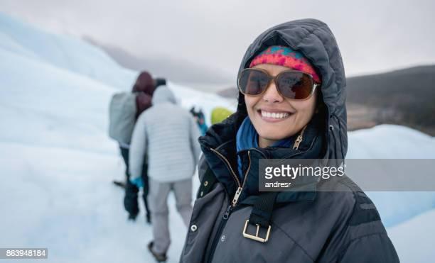 Gelukkige vrouw op een wandeling op een gletsjer