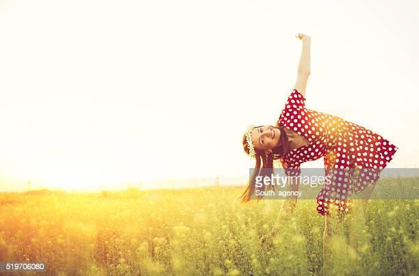 Heureuse femme sur prairie
