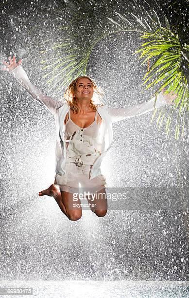 Glückliche Frau auf tropischen Regen.