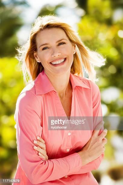 幸せな女性の屋外