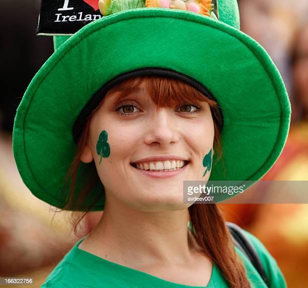 portrait de femme heureuse de Saint Patrick Day