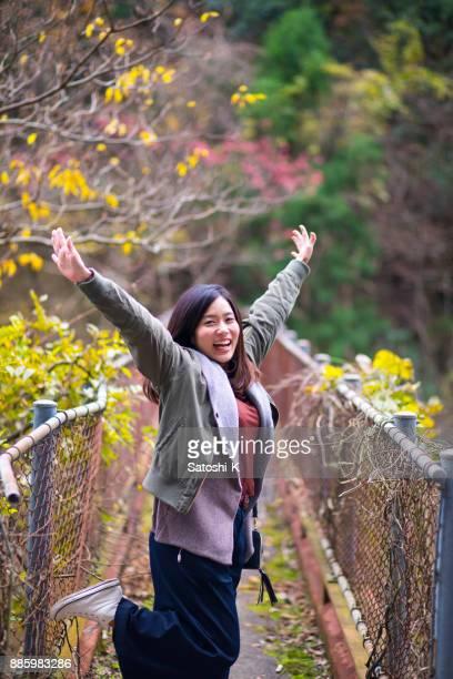 幸せな女の調達手狭い橋