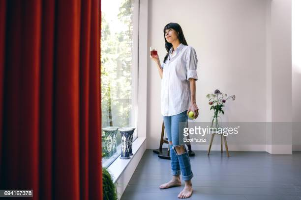 Gelukkige vrouw ontspannen op de sofa in haar prachtige huis