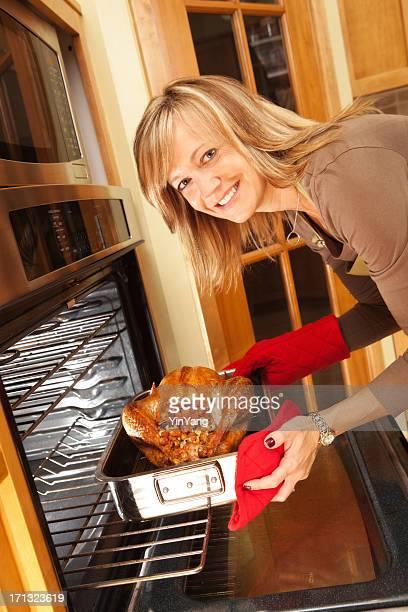 Heureuse femme rôtir dinde de Thanksgiving du Vermont