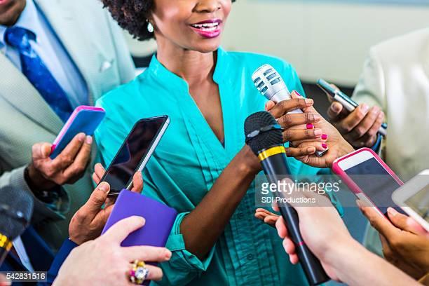 Heureuse femme parle de médias