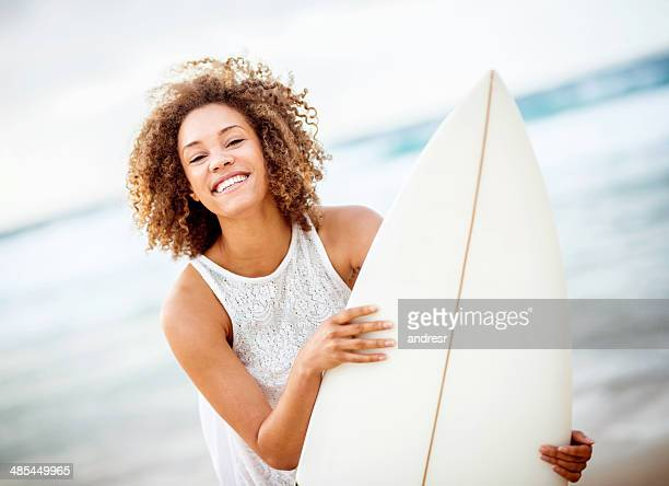 Heureuse femme surf