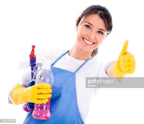 Femme heureuse avec les produits de nettoyage
