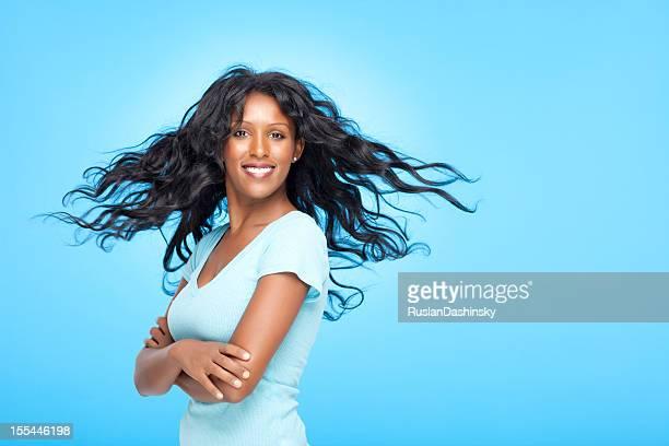Femme heureuse avec magnifique cheveux.