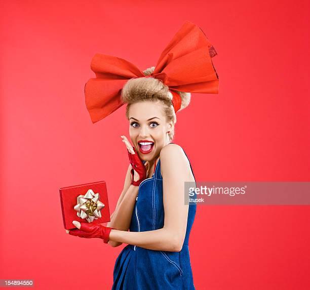 Glückliche Frau mit roten Geschenk-box