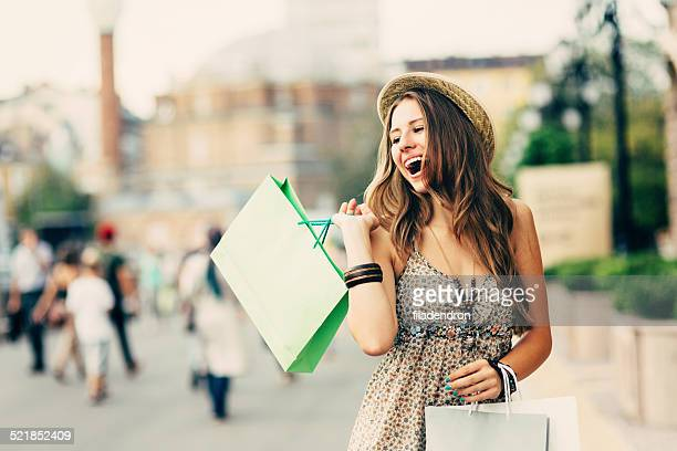 Mulher feliz com sacos de Compras