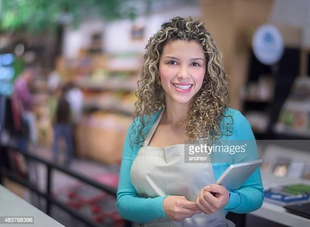 Mulher feliz trabalhando em um Supermercado