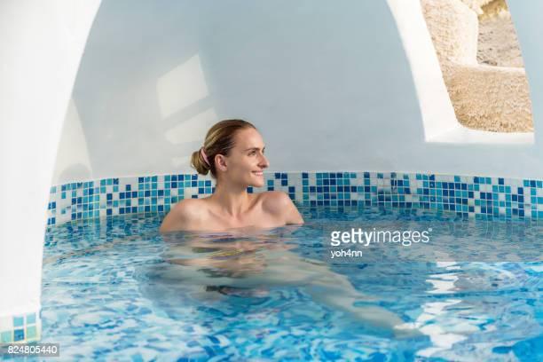Femme heureuse & zen dans whirlpool