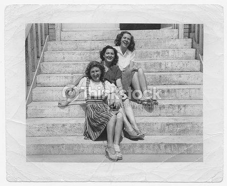 Amigas feliz en 1945 : Foto de stock