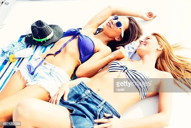 Felice donna prendere il sole su un ponte della barca.