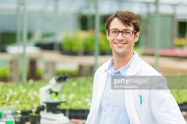 Glückliche junge Biologe im einem Labor