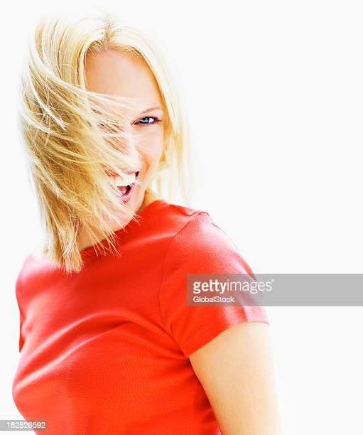 Jeune femme blonde isolé sur fond blanc