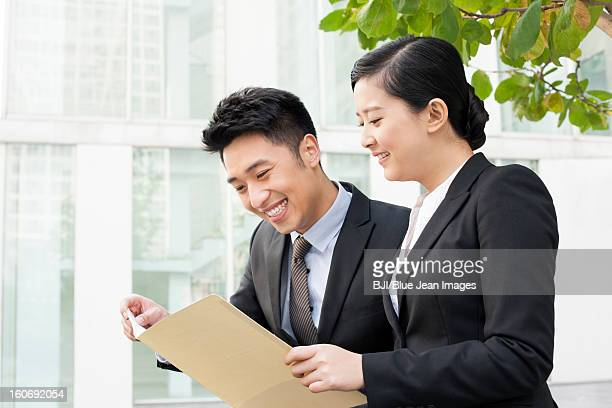 Partenaires d'affaires heureux jeune étudiant un portefeuille en plein air