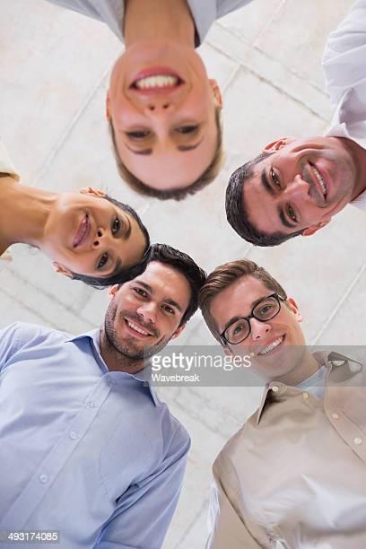 Heureux Jeune équipe des affaires en réunion