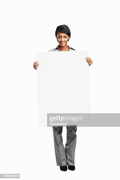 Mujer de negocios joven feliz sosteniendo una tabla en blanco