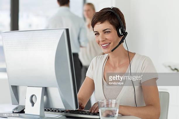 Heureux jeune femme d'affaires
