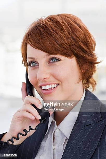 お電話で話している若いビジネスウーマン