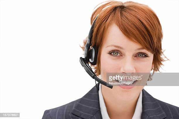 Heureux jeune femme d'affaires avec casque isolé sur fond blanc