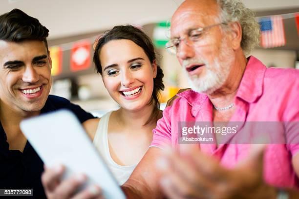 Junges Paar in Liebe mit alter Mann surfen, Patisserie, Europa