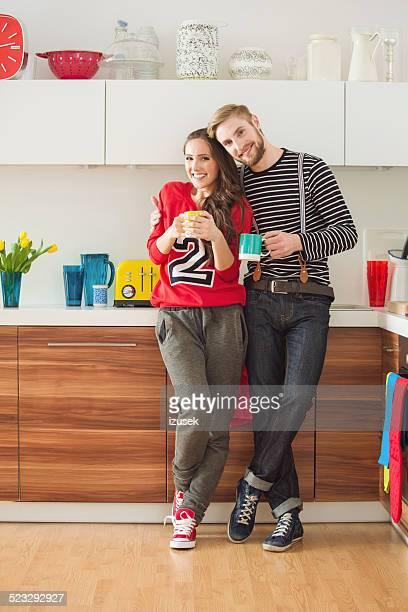 Glückliches junges Paar trinken Kaffee am Morgen wie zu Hause fühlen