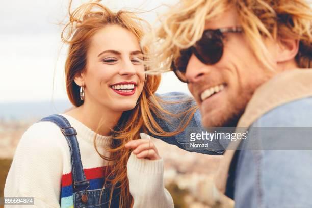Heureux jeune couple profitant de vacances dans le ciel