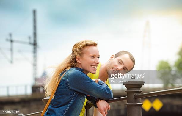 Glückliches junges Paar Flirten (Berlin
