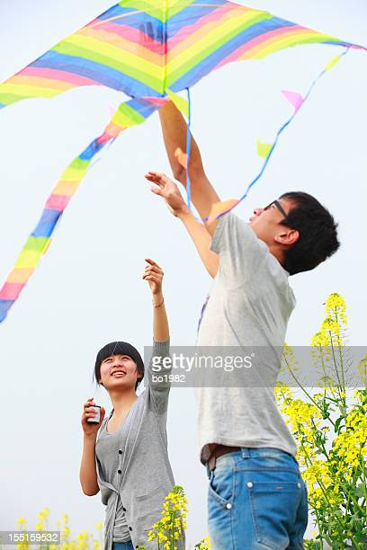 Heureux jeune couple volant kite