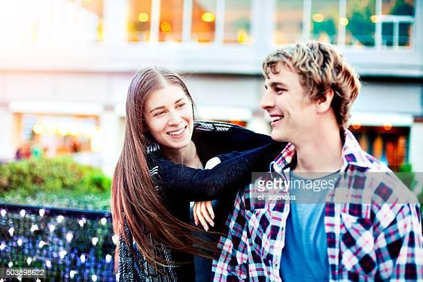 幸せな若いカップルは、東京外で楽しい