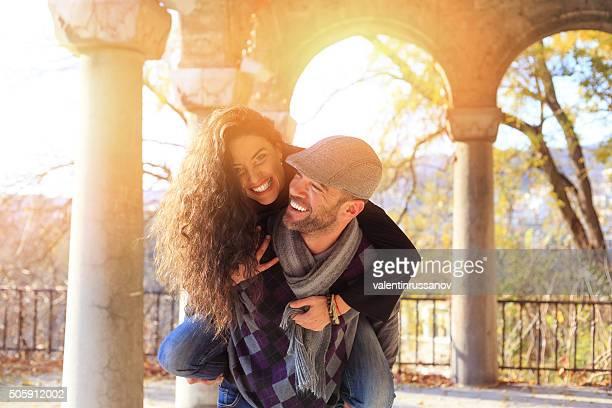 Felice Giovane coppia avendo divertimento all'aperto