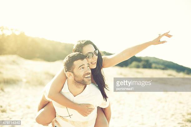 Feliz Casal Jovem tendo Diversão