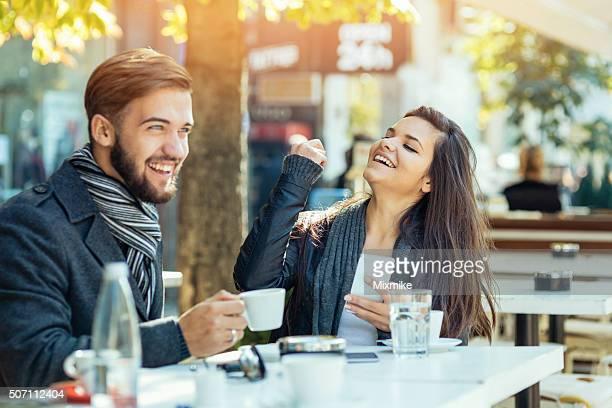 幸せな若いカップル楽しみください。