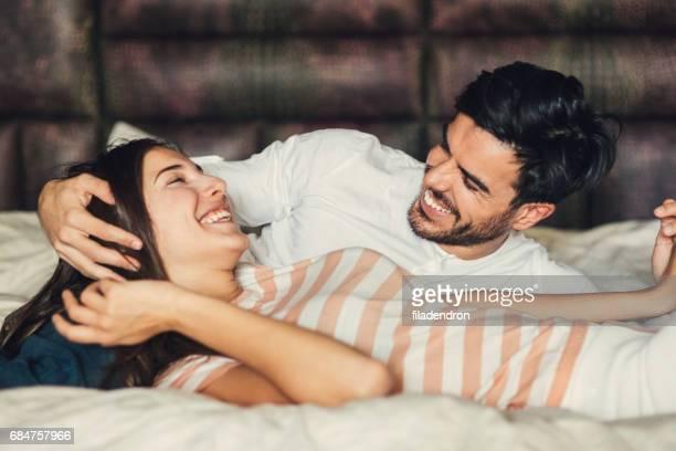 Feliz joven Pareja en la cama