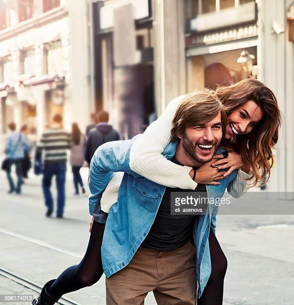 Heureux jeune couple dans la ville d'Istanbul.