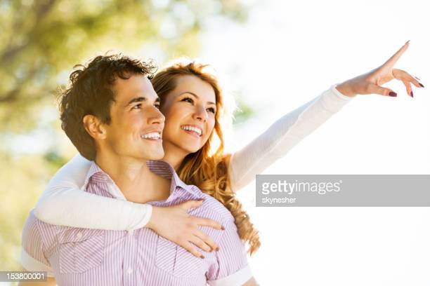Casal Jovem feliz Olhando para a distância.