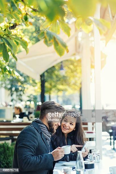 幸せな若いカップルの写真をお探しですか
