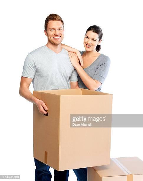 Glückliches junges Paar verschieben big Boxen