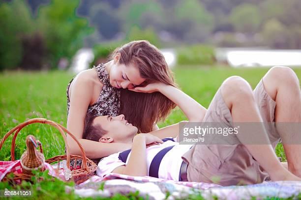 Glückliches junges Paar auf einem Picknick