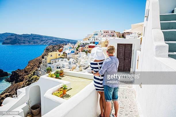 Glückliches junges Paar auf der Insel Santorin, Griechenland