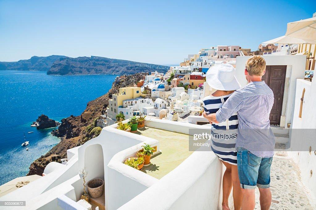 Feliz pareja joven en la isla de Santorini, Grecia : Foto de stock
