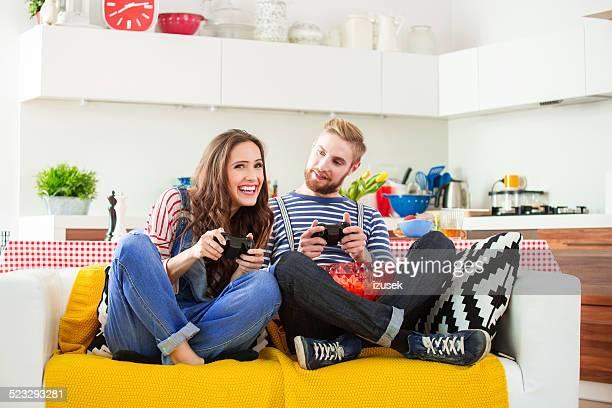 Glückliches junges Paar spielen playstation